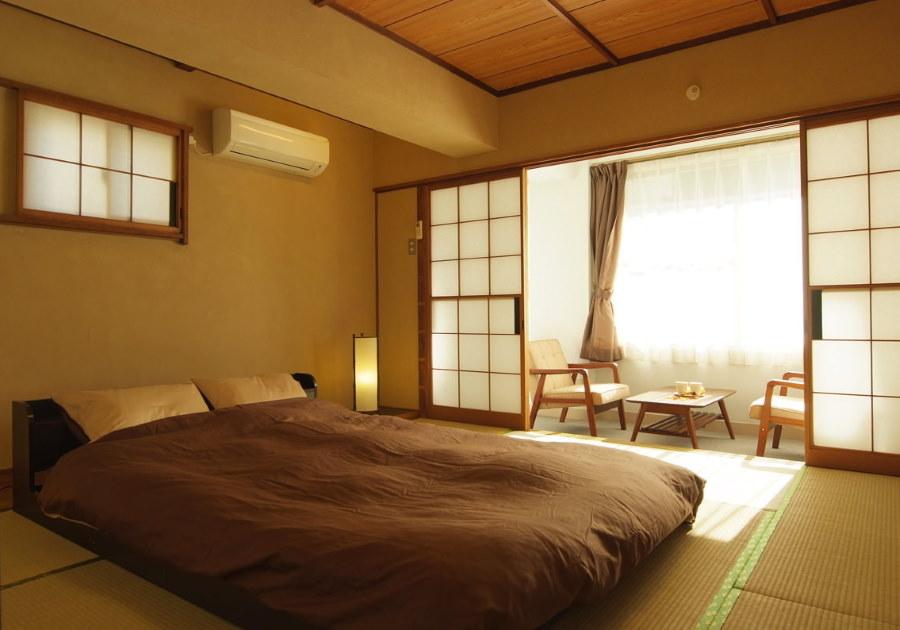 Низкая кровать в спальне японского стиля