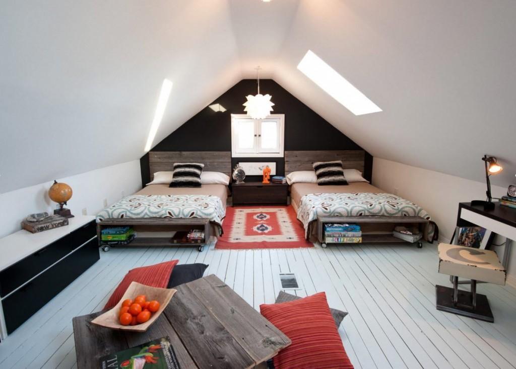 Низкие кровати в детской спальне в мансарде