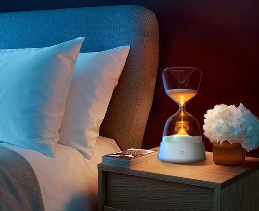 Дизайнерский ночник на прикроватном столике