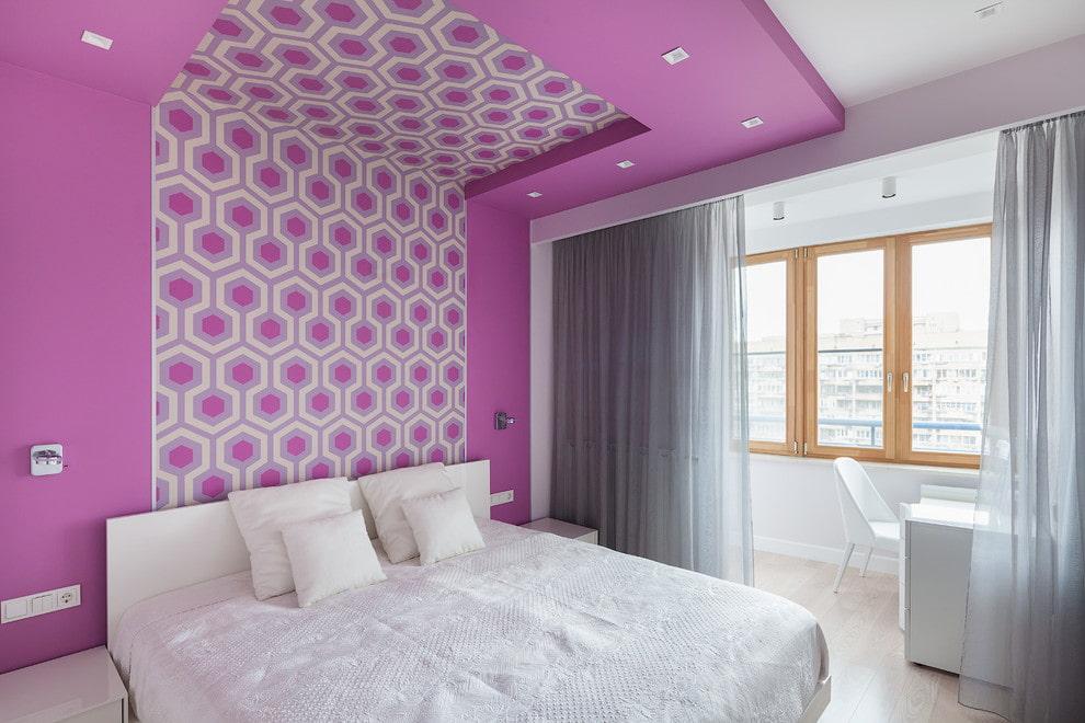 Розовый потолок спальни с переходом на стену
