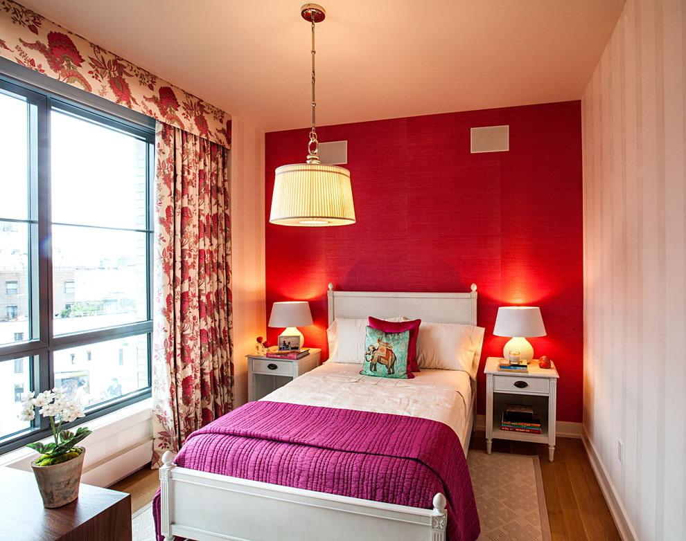 Красные обои в интерьере небольшой спальни