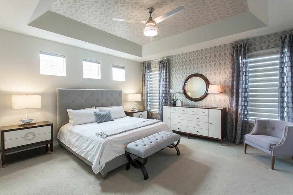 Бумажные обои на потолке спальни