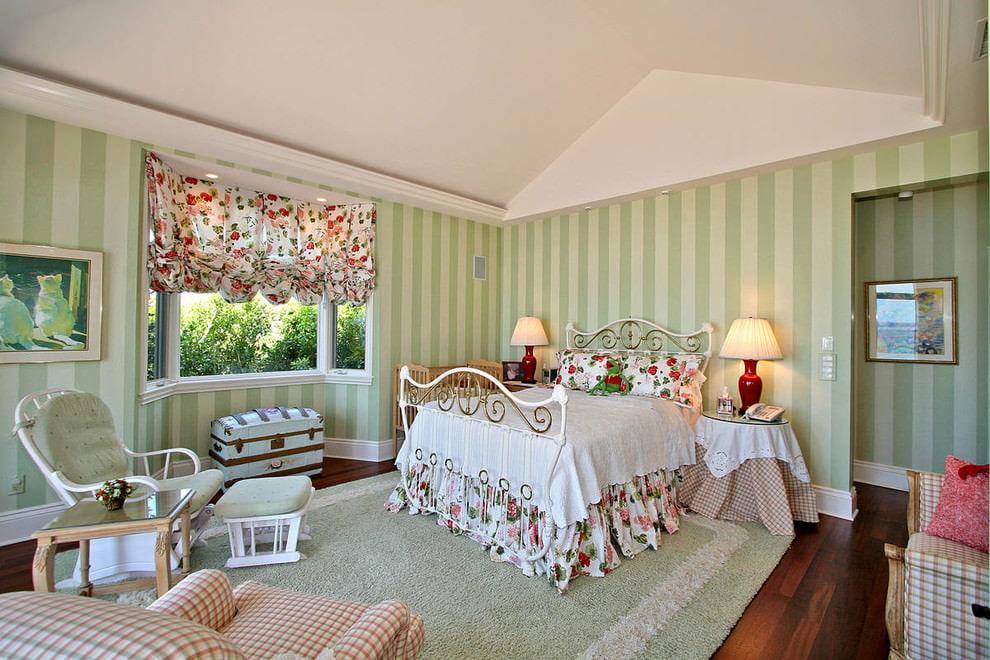 Зеленые полосы на обоях в спальной комнате