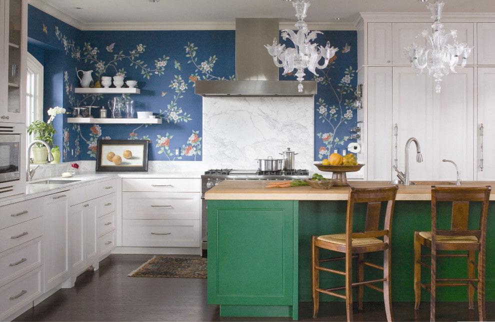 Флизелиновые обои в кухне загородного дома