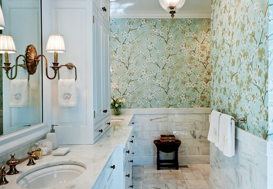 Обои с растительным принтом в интерьере ванной