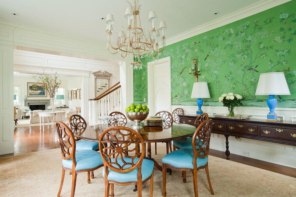 Обеденный стол в комнате с обоями зеленого цвета