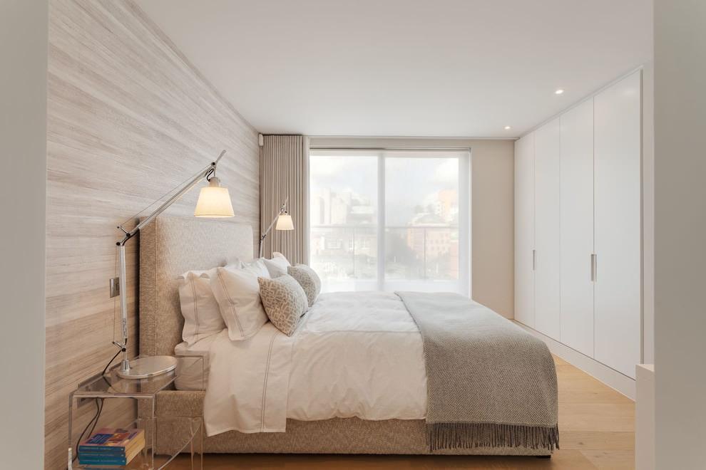 Небольшая спальня с белым потолком