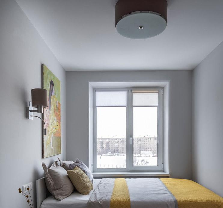 Рулонные шторы на окне в маленькой комнате