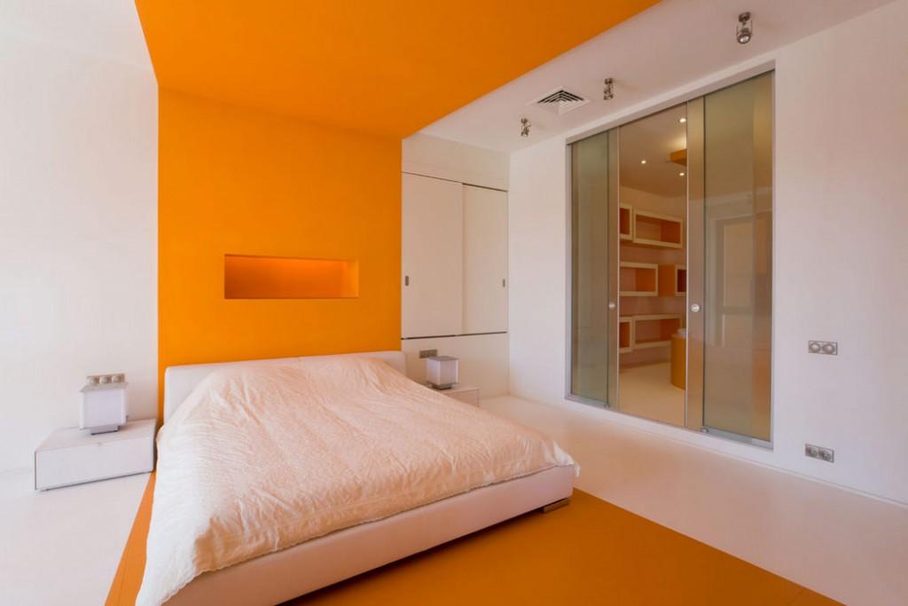 Оранжевая отделка поверхностей в спальной комнате