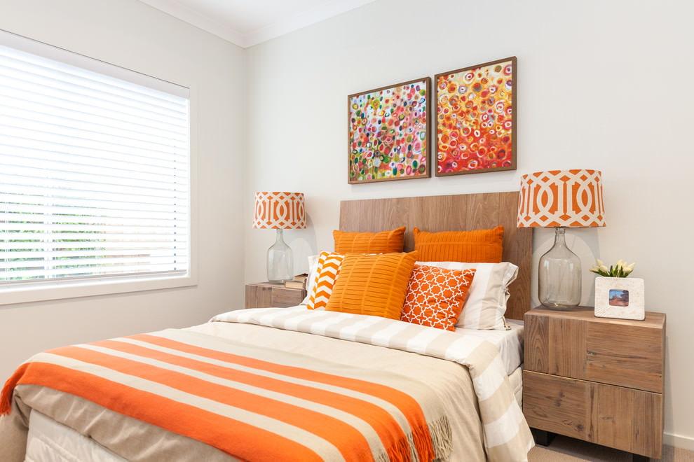 Интерьер спальни в бело-оранжевом цвете