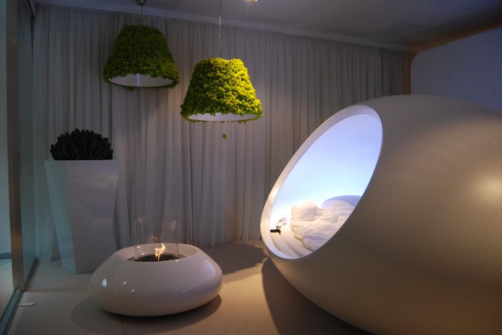Оригинальный интерьер спальни с круглым камином