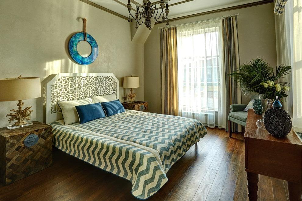 Широкая кровать с высоким изголовьем