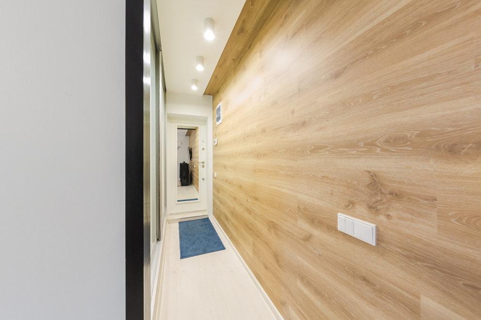 Освещение длинной прихожей с деревянными панелями