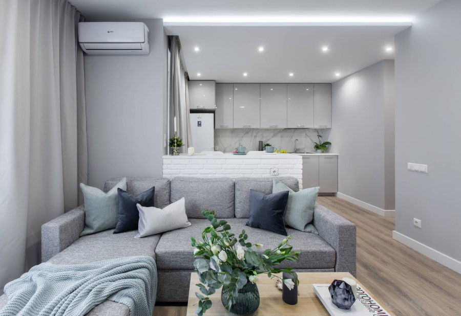 Точечные светильники на светло-сером потолке