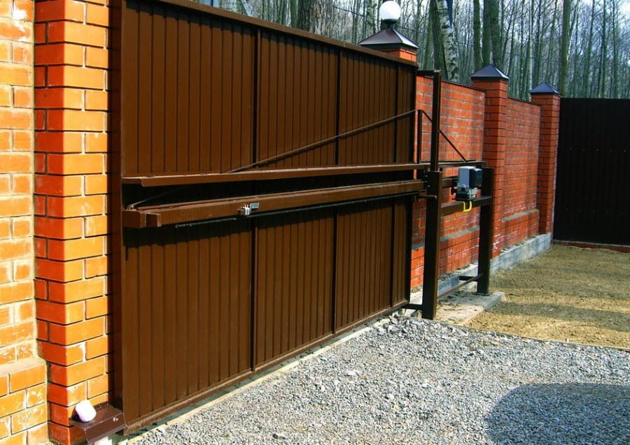Консольная балка на откатных воротах из металла