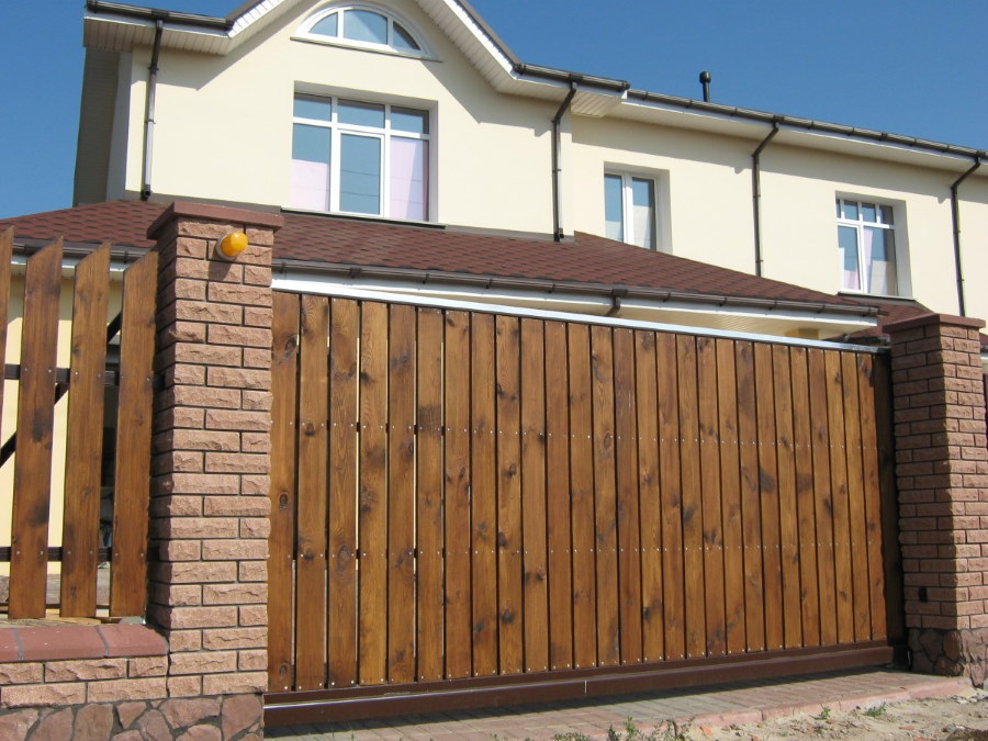 Деревянная обшивка на откатных воротах