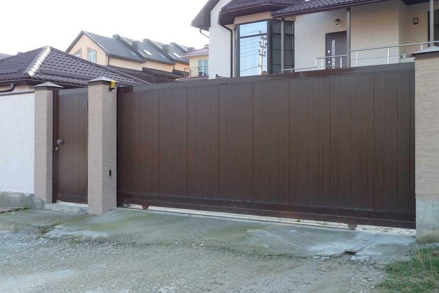 Откатные ворота во двор частного дома