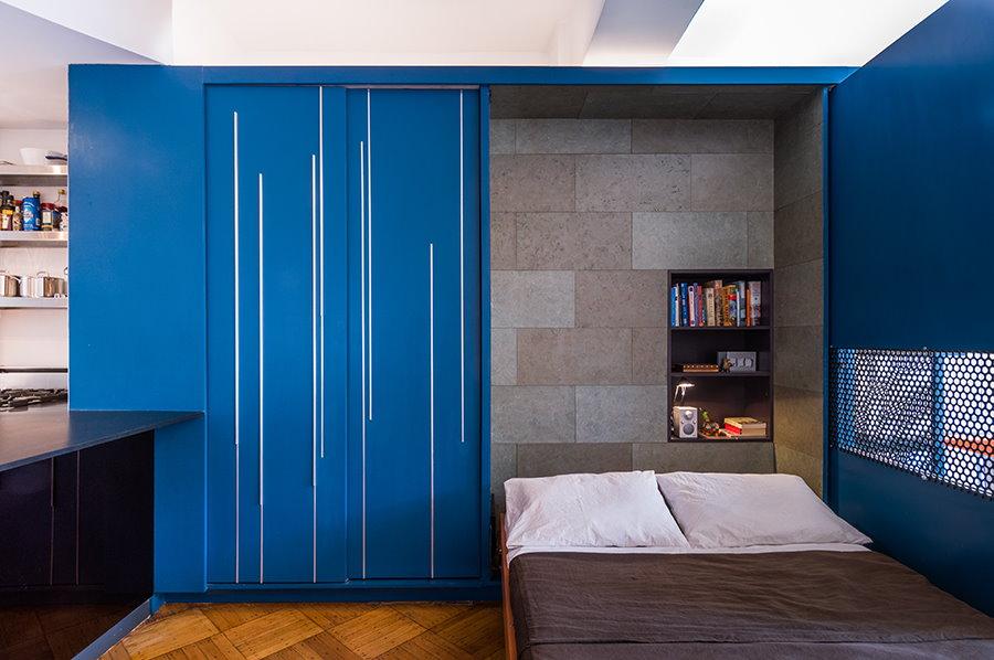 Откидная кровать в шкафах синего цвета