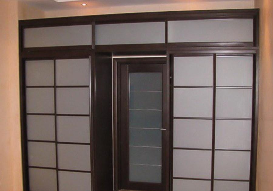 П-образный шкаф-купе с антресолью над дверью