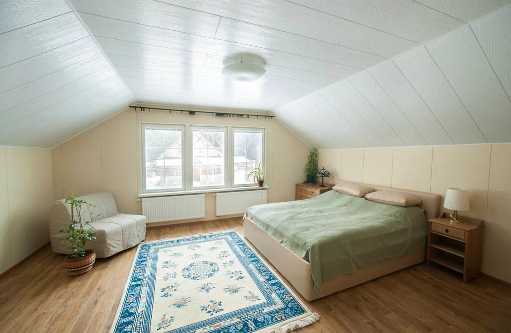 Белые ПВХ-панели на потолке спальни в мансарде