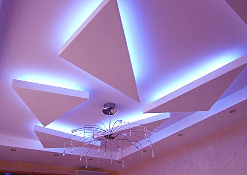 Элементы треугольной формы на потолке из гипсокартона