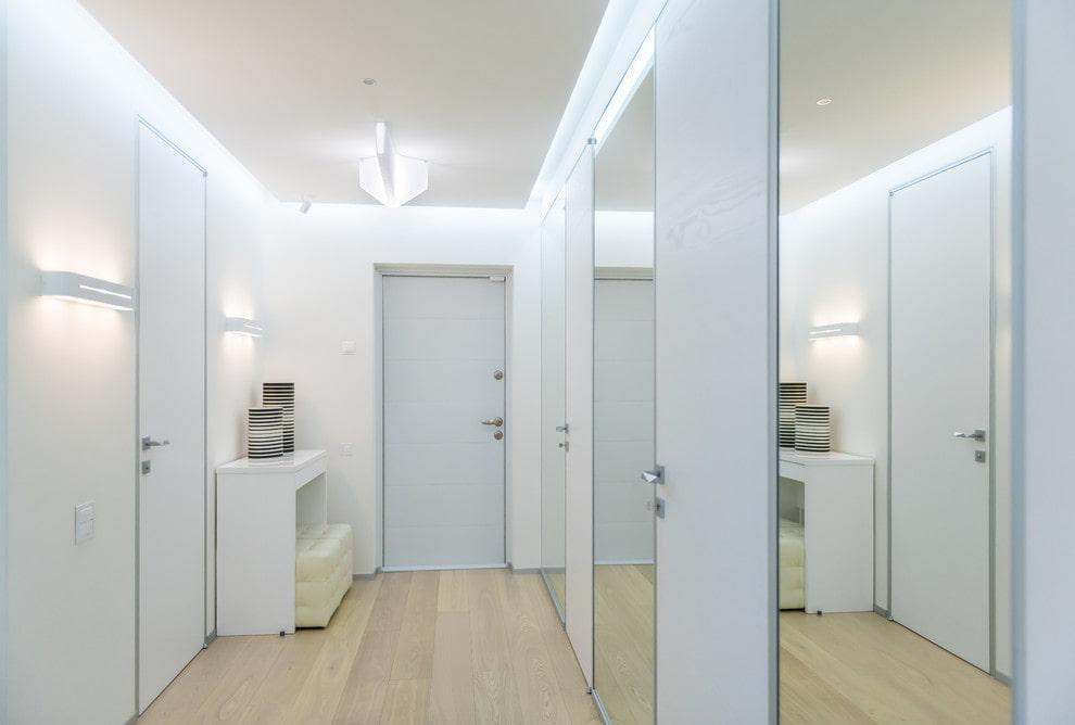 Парящий потолок в белом коридоре