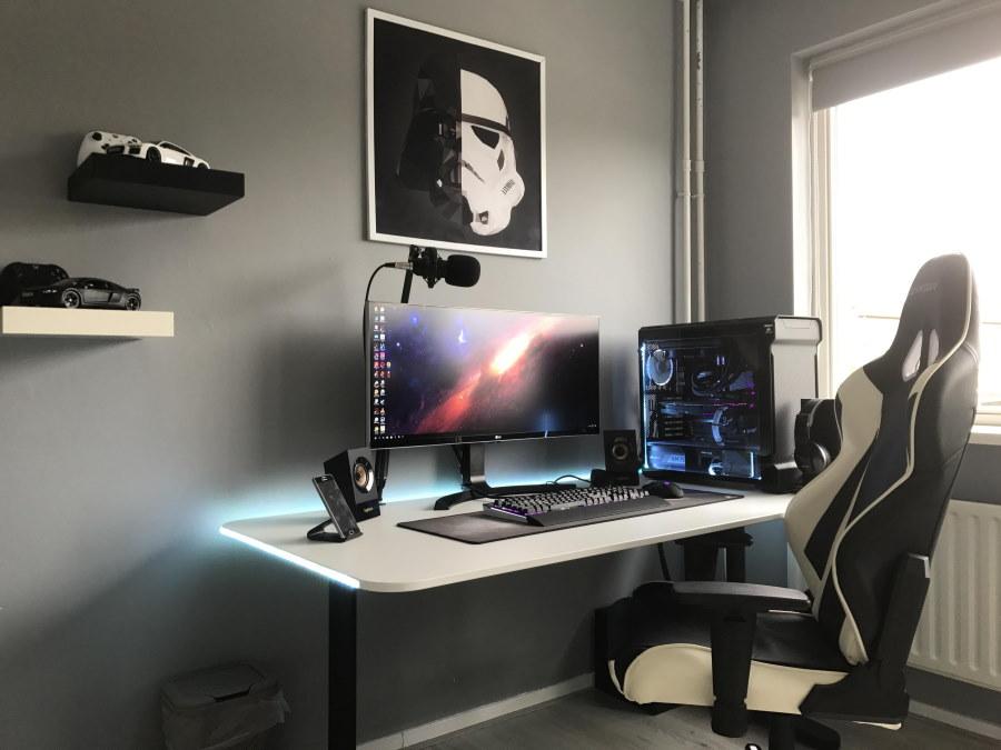 Плакат над столом геймера в небольшой комнате