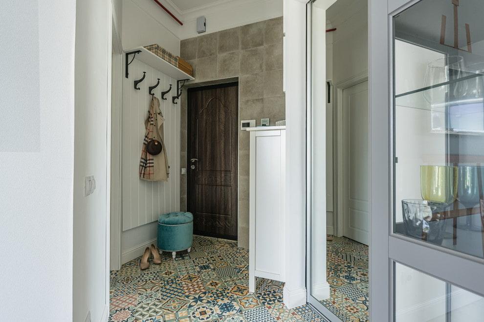 Керамическая плитка на полу коридора неправильной формы