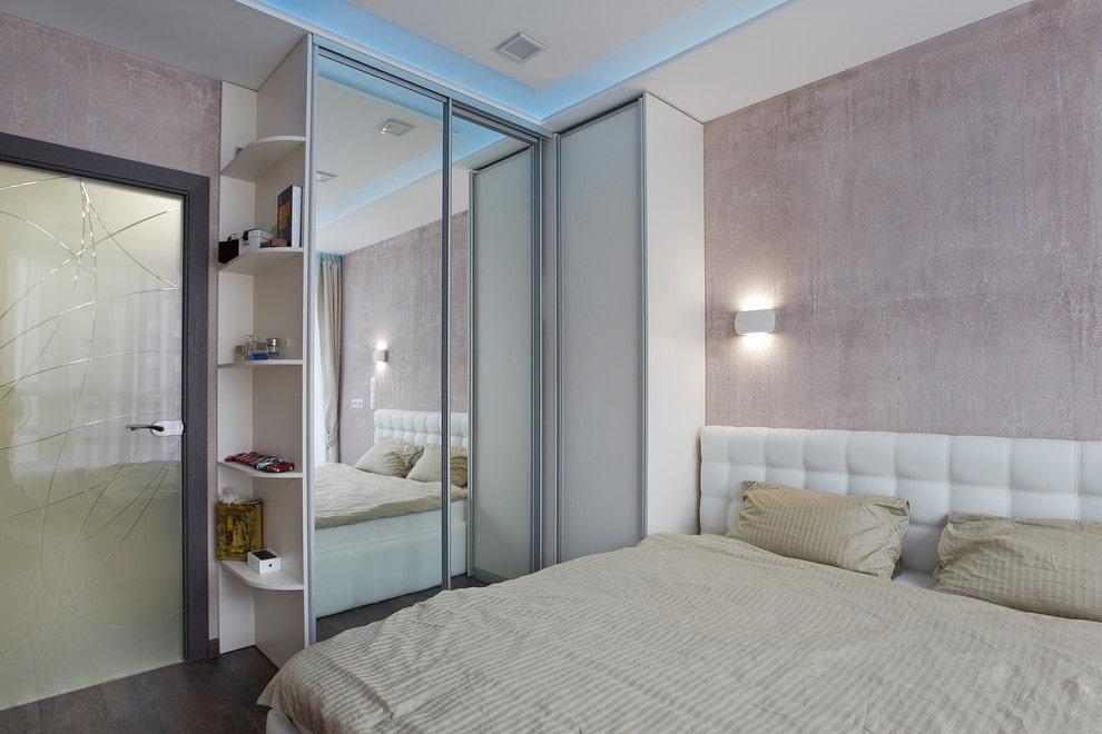 планировка спальни с зеркальным шкафом