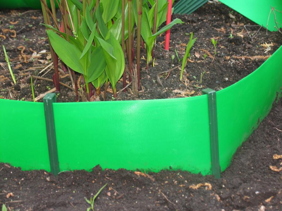 Зеленый бордюр из пластиковой ленты