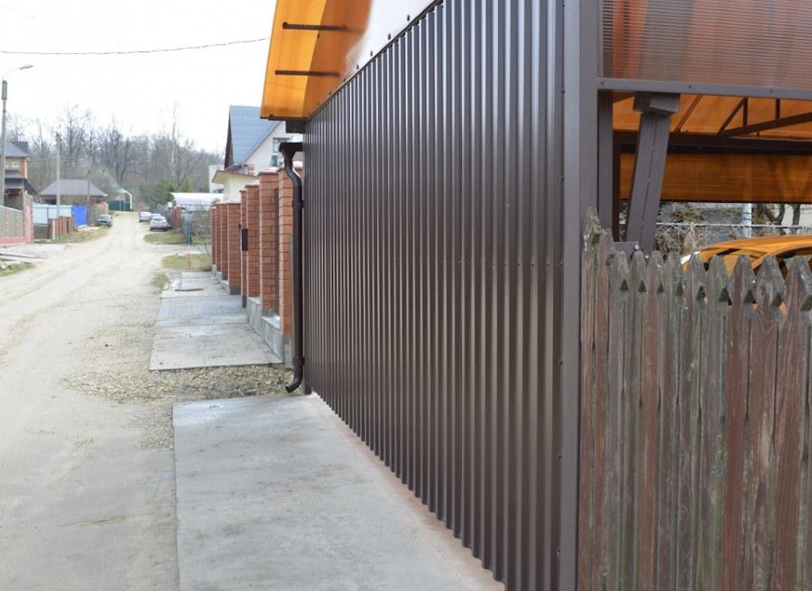 Фото снаружи подъемно-поворотных ворот из профлиста