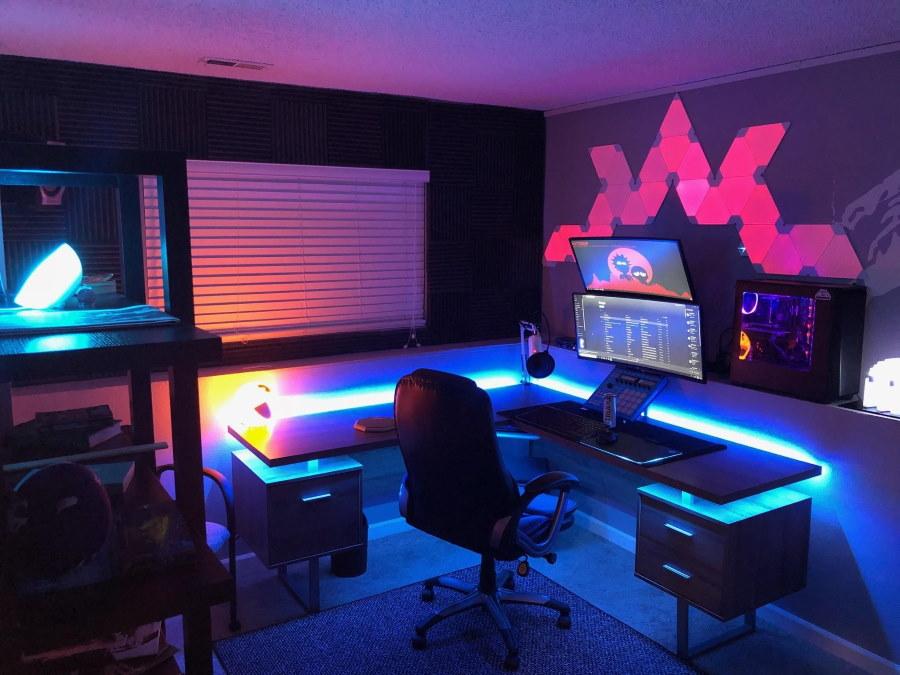 Декоративная подсветка над столом геймера