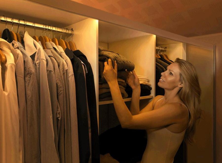 Подсветка отсеков внутри шкафа для одежды