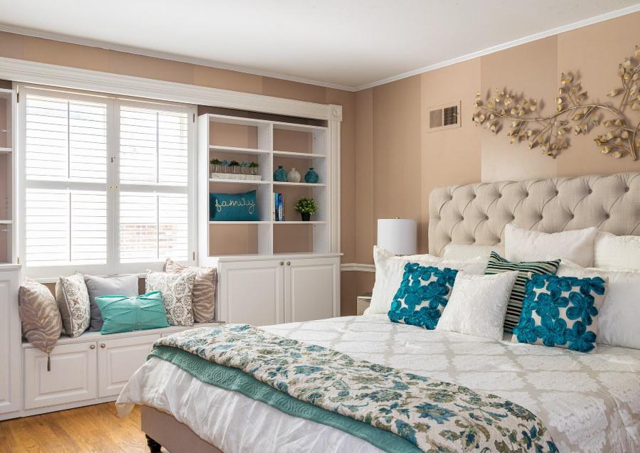 Декор спальни красивыми подушками