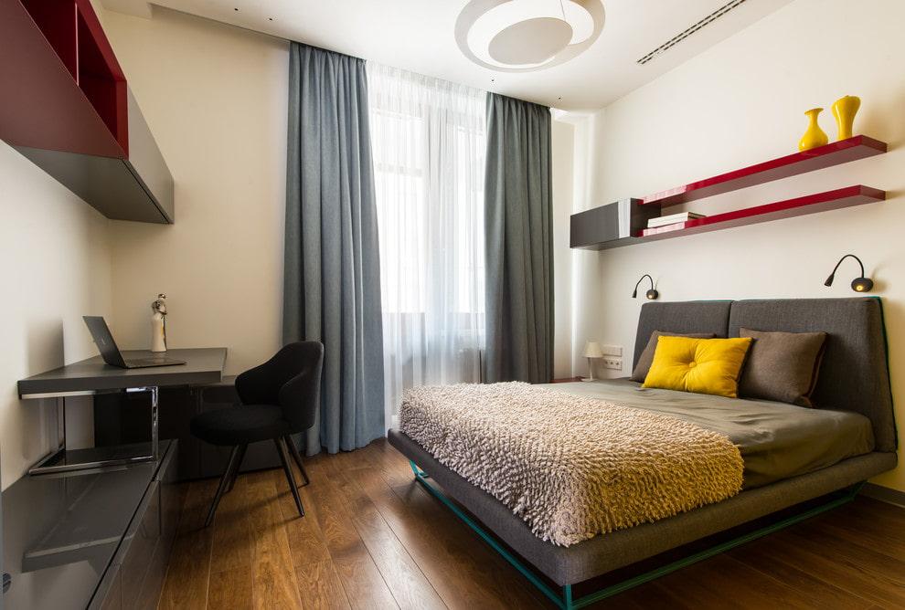 Навесные полки на стене спального помещения