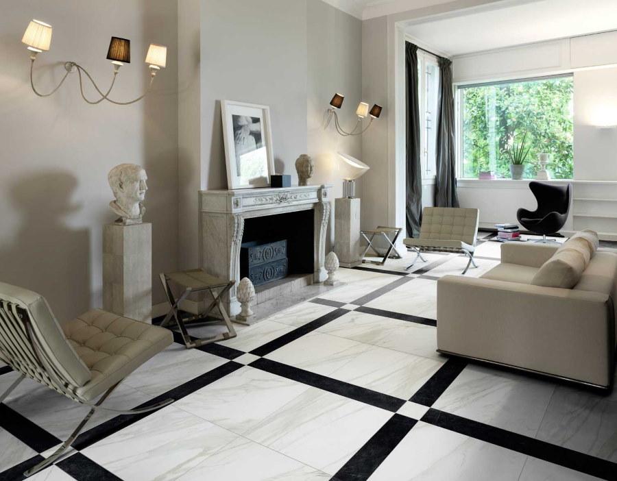 Керамический пол в комнате с камином
