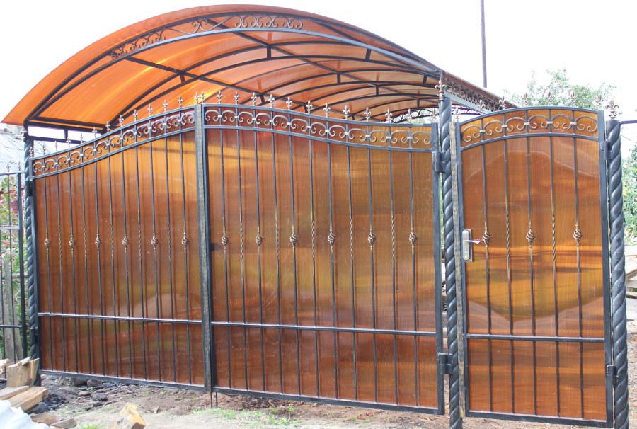 Полупрозрачный поликарбонат на металлических створках ворот