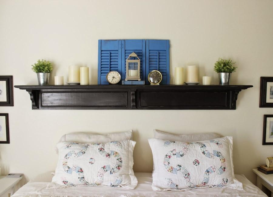Деревянная полочка над изголовьем кровати