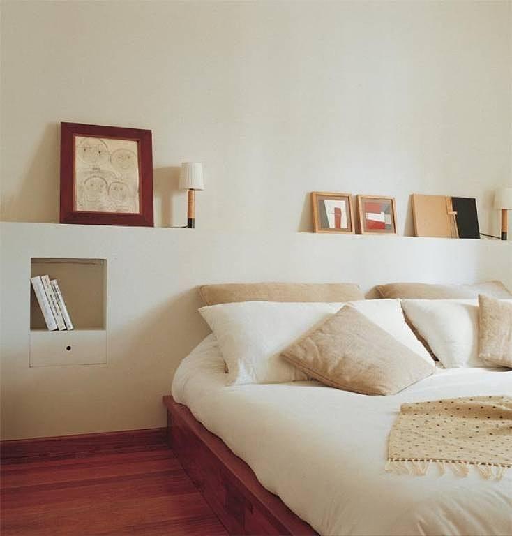 Полка из гипсокартона за кроватью в спальне
