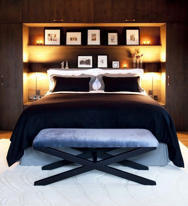 Встроенные полки с подсветкой над кроватью