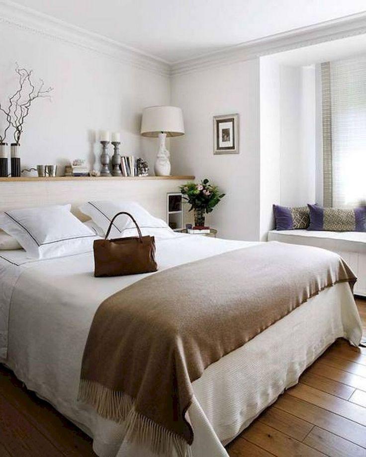 Деревянная полочка в интерьере спальни