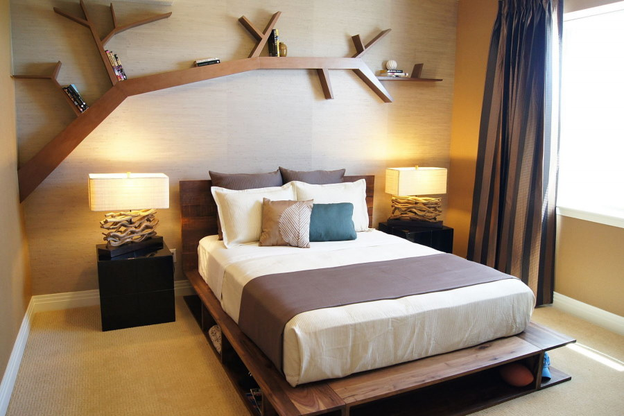 Декоративная полка над изголовьем кровати