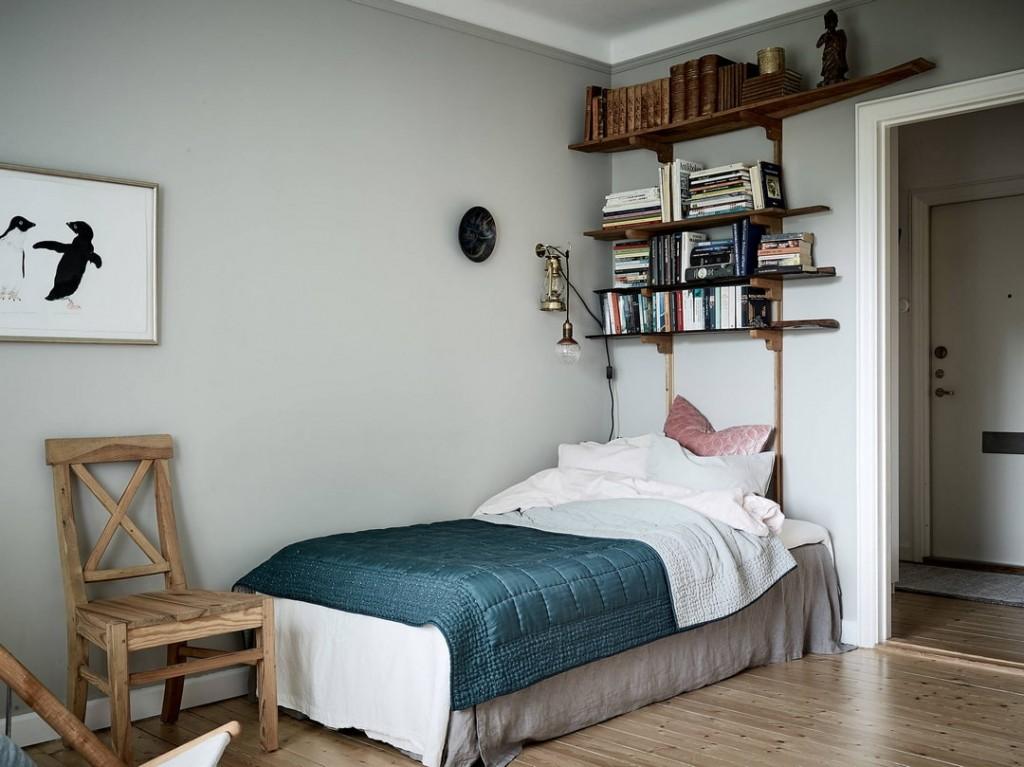 Место для книг над изголовьем кровати