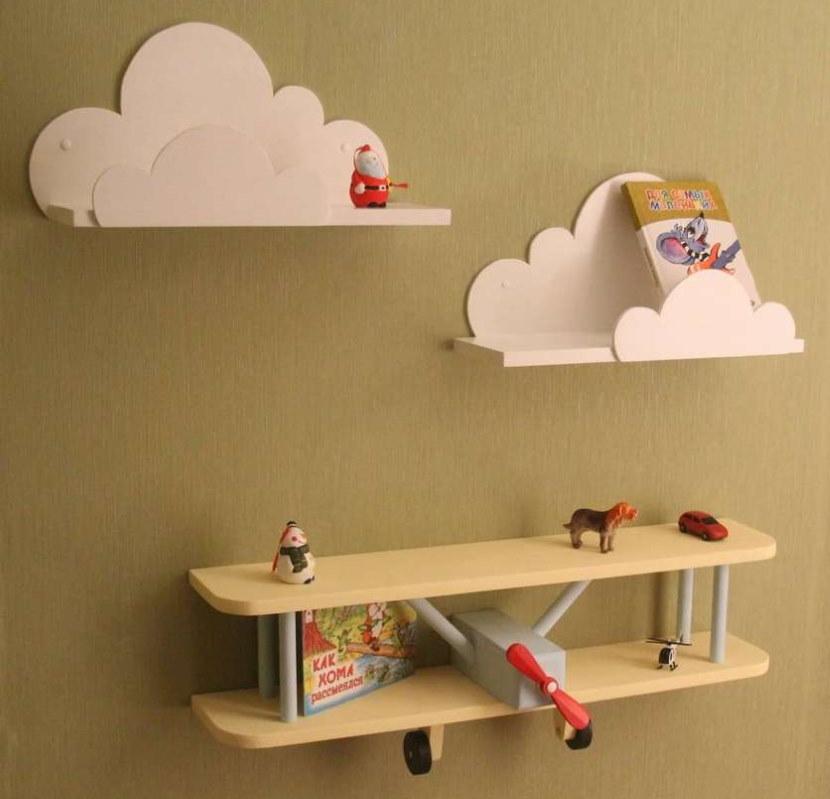 Полки из фанеры на стене в детской комнате