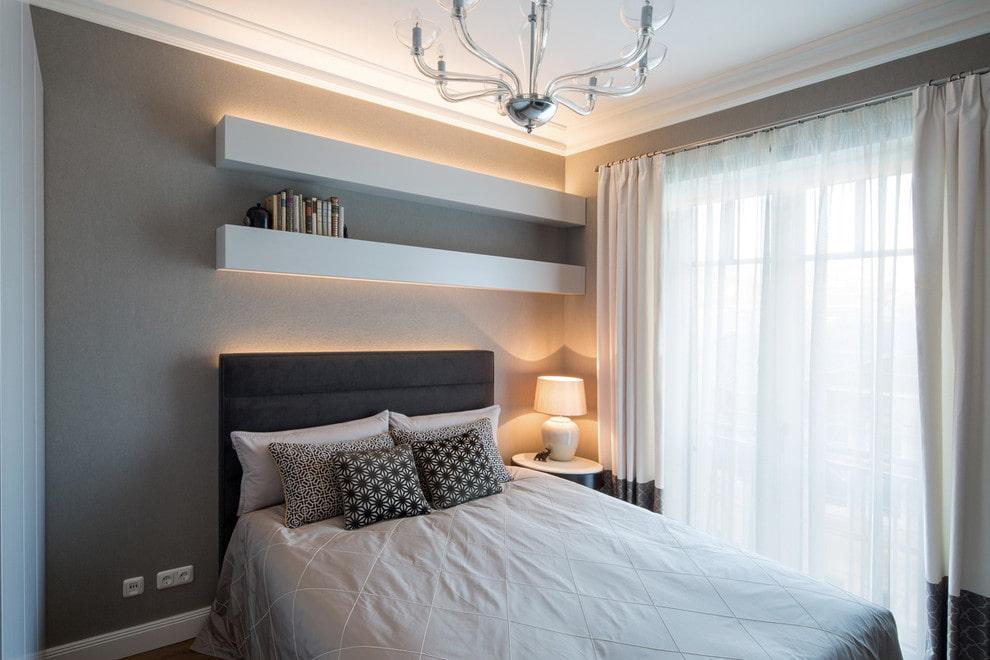 Стильные полочки с подсветкой в спальне подростка