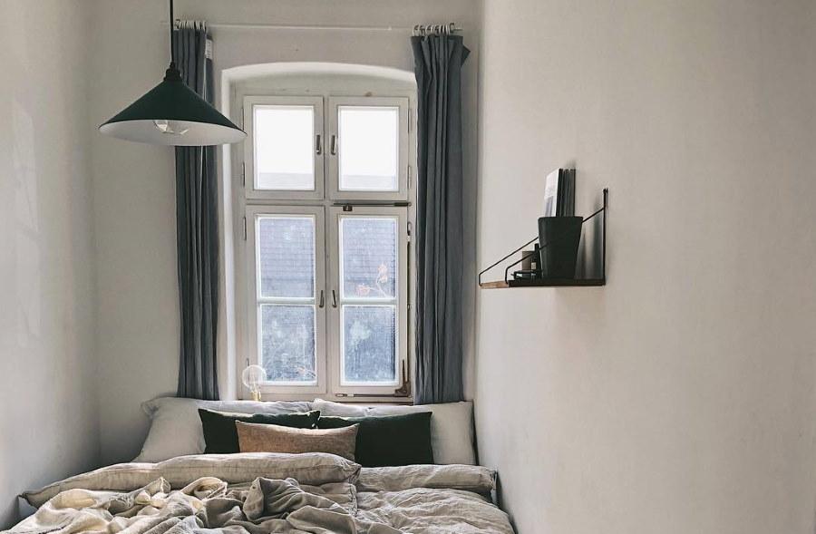 Небольшая полочка на стене в комнате 2 на 2 м