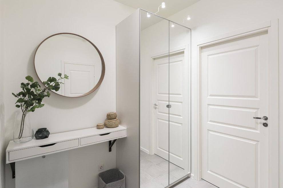 Белая консоль под зеркалом в коридоре