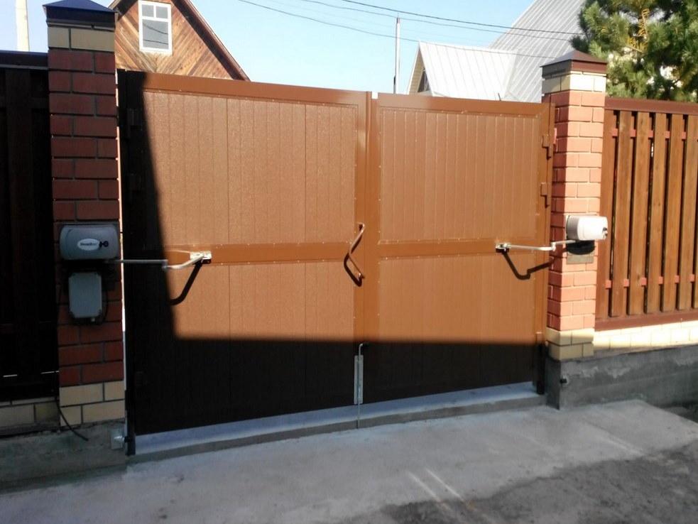 Автоматические привода рычажного типа на воротах во дворе