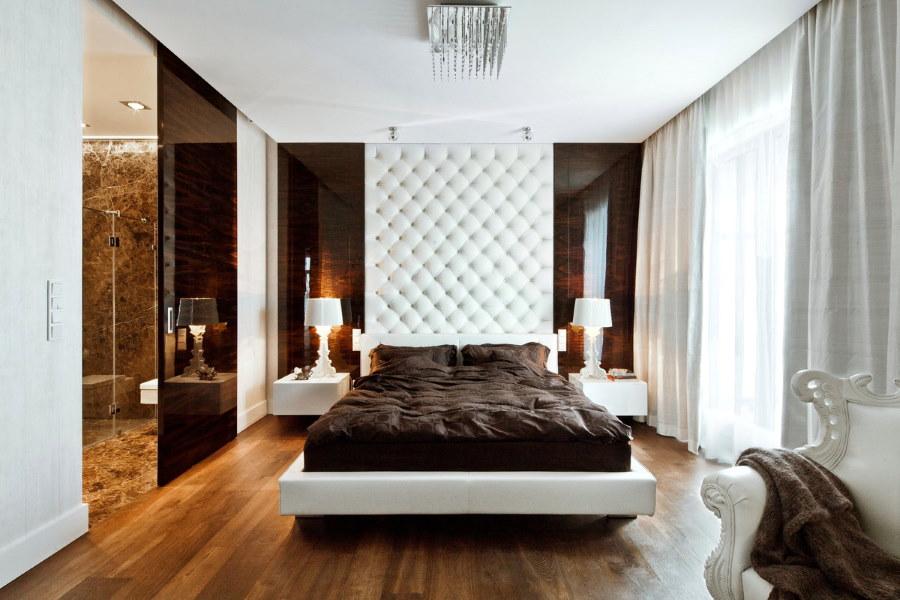 Ровная поверхность гипсокартоного потолка в спальне