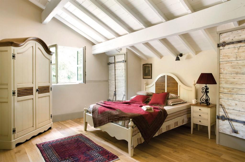 Деревянный шкаф в мансардной спальне деревенского стиля